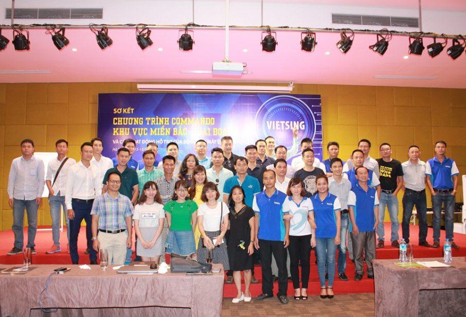 Ban lãnh đạo công ty Việt Sing chụp ảnh lưu niệm cùng toàn thể nhân viên